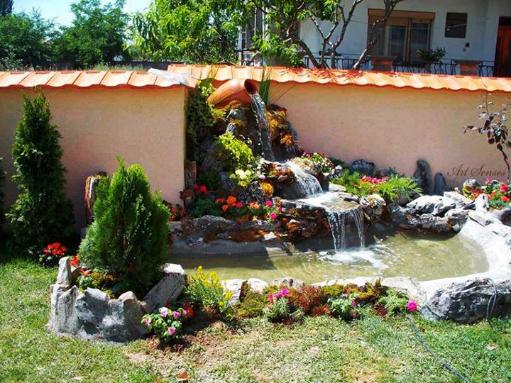 ဥယျာဉ်တော်၌လှပသောရေကန်
